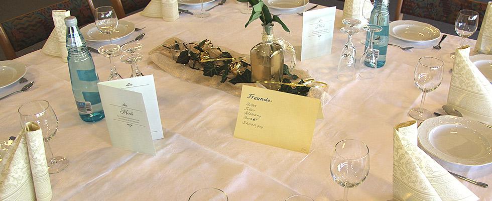 feierlich gedeckte Tische